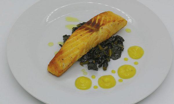 Trancio di salmone su letto di cavolo nero e crema di cavolfiore e zucca