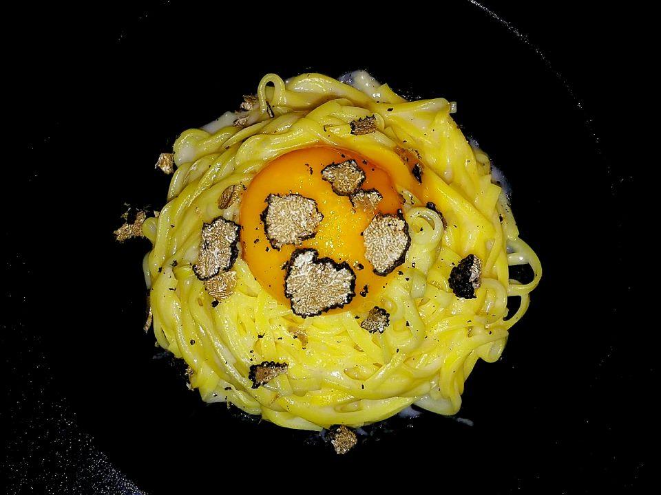 Tajarin con crema di parmigiano, tuorlo morbido e tartufo