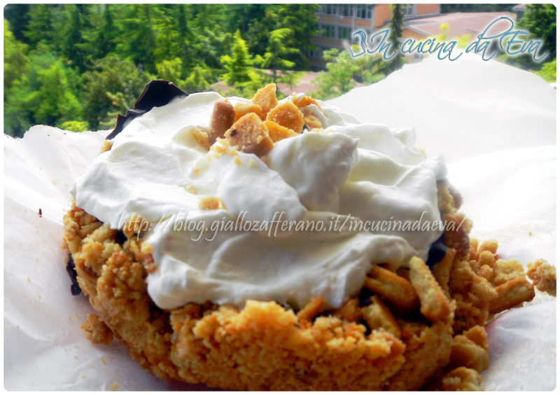 Chesecake cioccolatoso con frosting panna yogurt bianco
