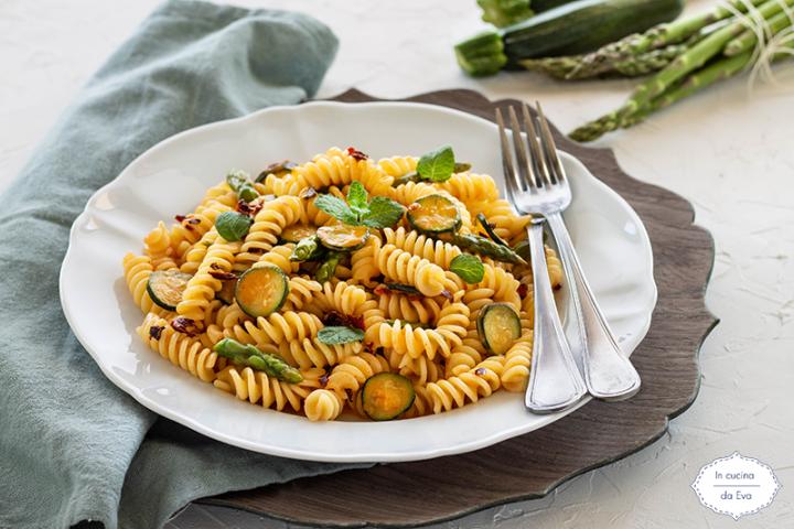 Fusilli-con-asparagi-e-zucchine