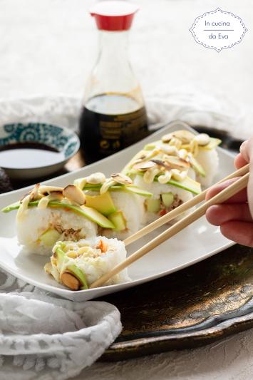 Sushi con avocado e mandorle