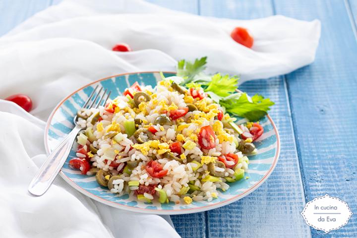 Insalata di riso con pomodori porro ed uova