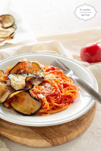 Spaghetti al sugo con melanzana fritta