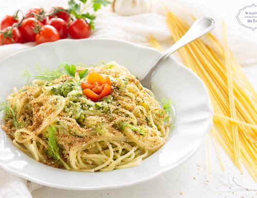 Spaghetti con zucchine e pangrattato tostato