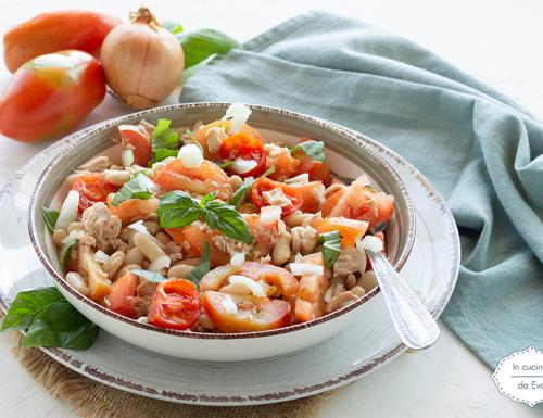 Insalata con pomodori, tonno e fagioli cannellini