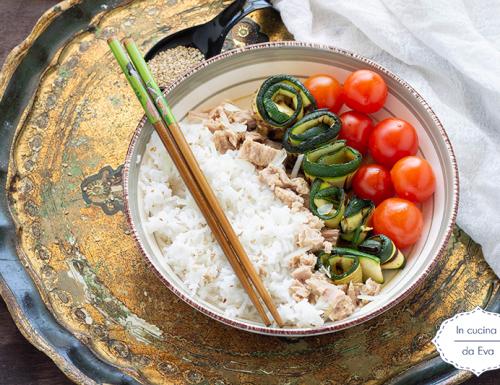 Pokè con riso, zucchine grigliate e pomodorini