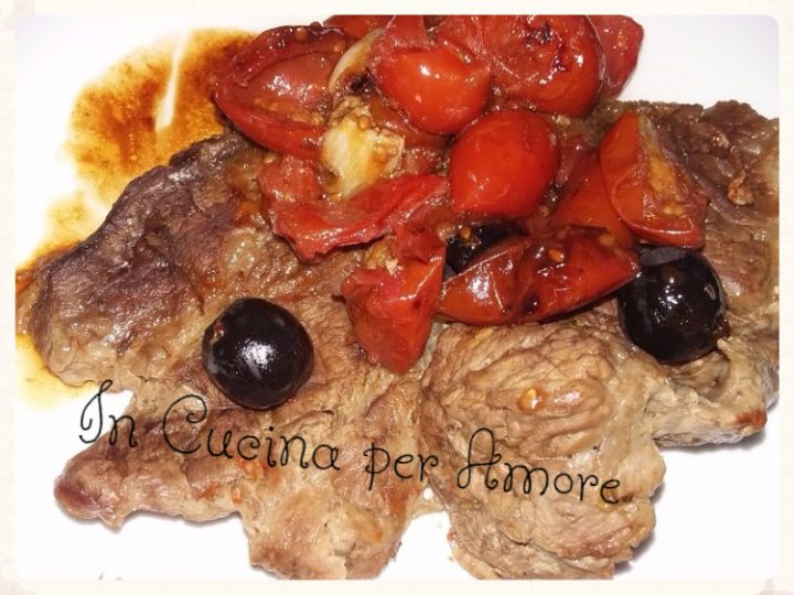 Bistecche di vitello con pomodorini e olive nere