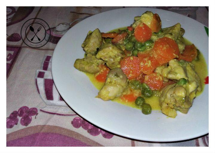 Pollo al curry con carote e piselli