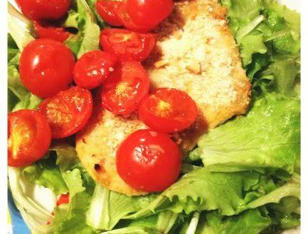 Pollo all'aglio con pomodorini arrostiti e lattughino