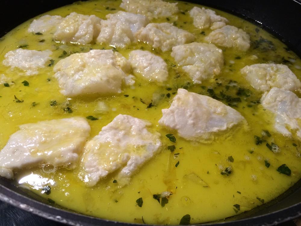 quando la cottura del baccal sar quasi ultimata possiamo fare la polenta mettiamo a bollire lacqua la saliamo e versiamo a pioggia la farina di polenta