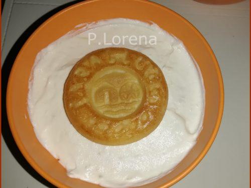 Dessert con panna al limone e biscotti