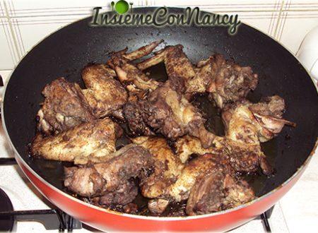 Ali di pollo cotte nel vino rosso