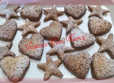 Biscotti con pasta frolla e spolverati con zucchero a velo