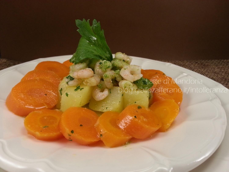 Insalata fredda con patate carote e gamberi