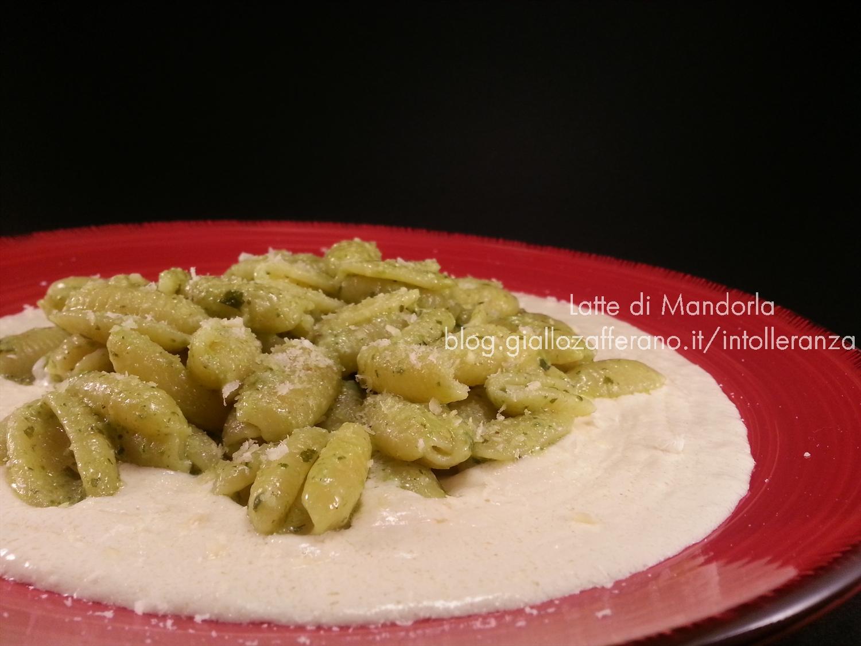 Pasta con pesto di rucola e noci su crema di formaggio
