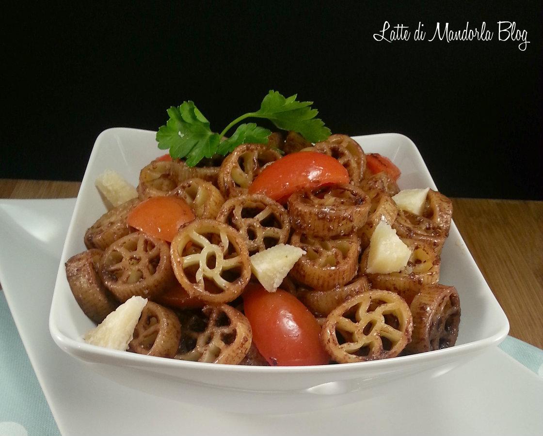 Pasta fredda con pesto e pomodorini