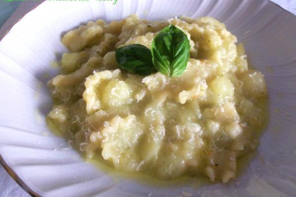 Pasta e patate con pesto genovese e pecorino