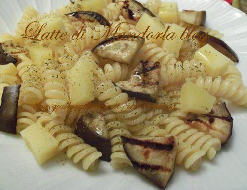 Pasta fredda con le melanzane, formaggio (senza lattosio) e olio al timo