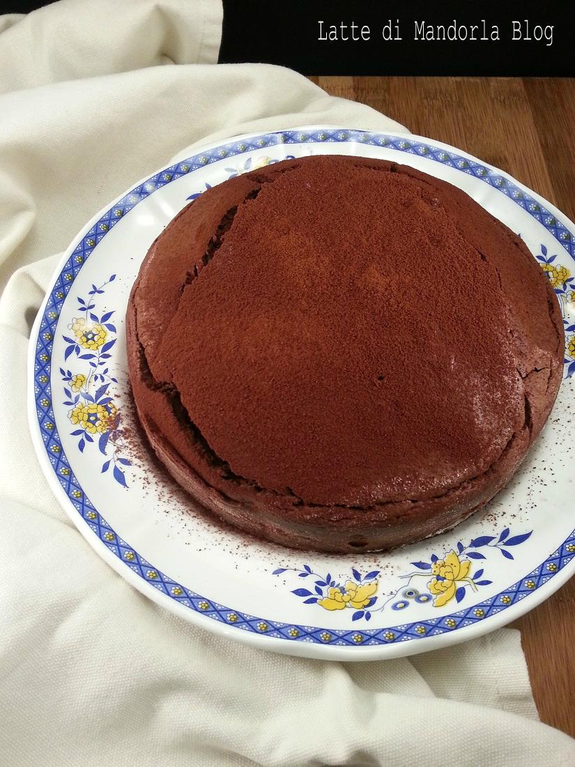 Torta con farina di mandorle cioccolato