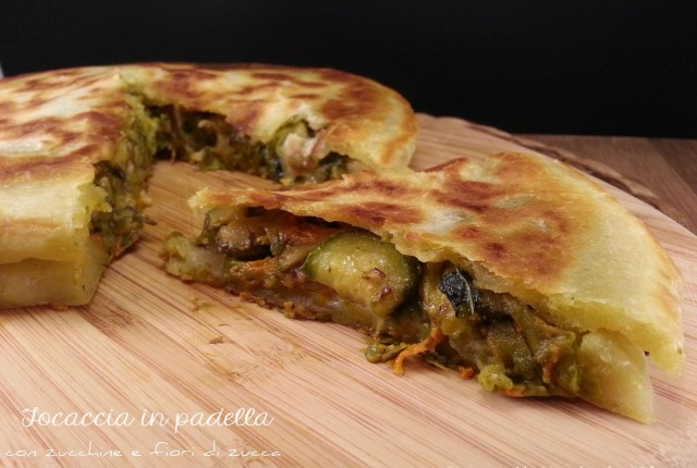Focaccia cotta in padella con zucchine e fiori di zucca senza lievito glutine lattosio