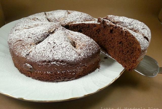 Torta al cacao con pesche e amaretti senza glutine e lattosio
