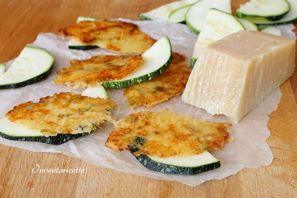 Sfogliette di zucchine Le cialde di parmigiano di arricchiscono di zucchine