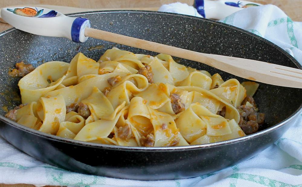 Pappardelle con crema di zucca e salsiccia