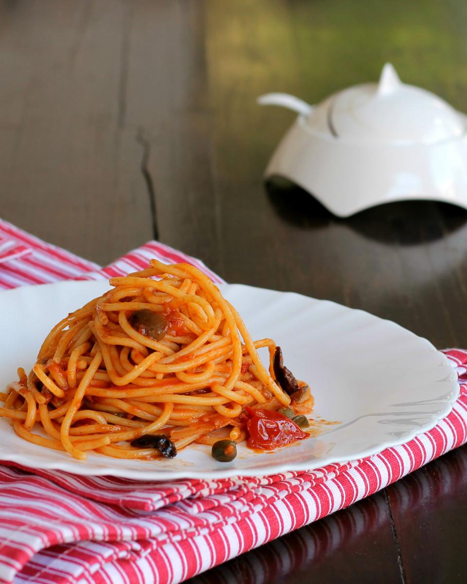 PASTA ALLA PUTTANESCA ricetta napoletana spaghetti chiappariell auliv