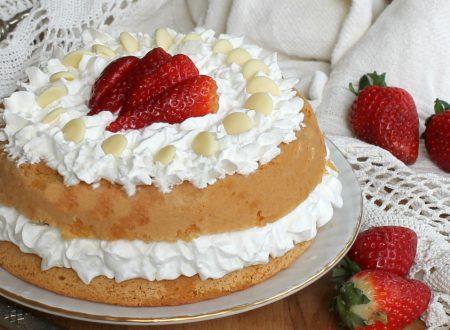 Torta crema yogurt fragole e cioccolato bianco