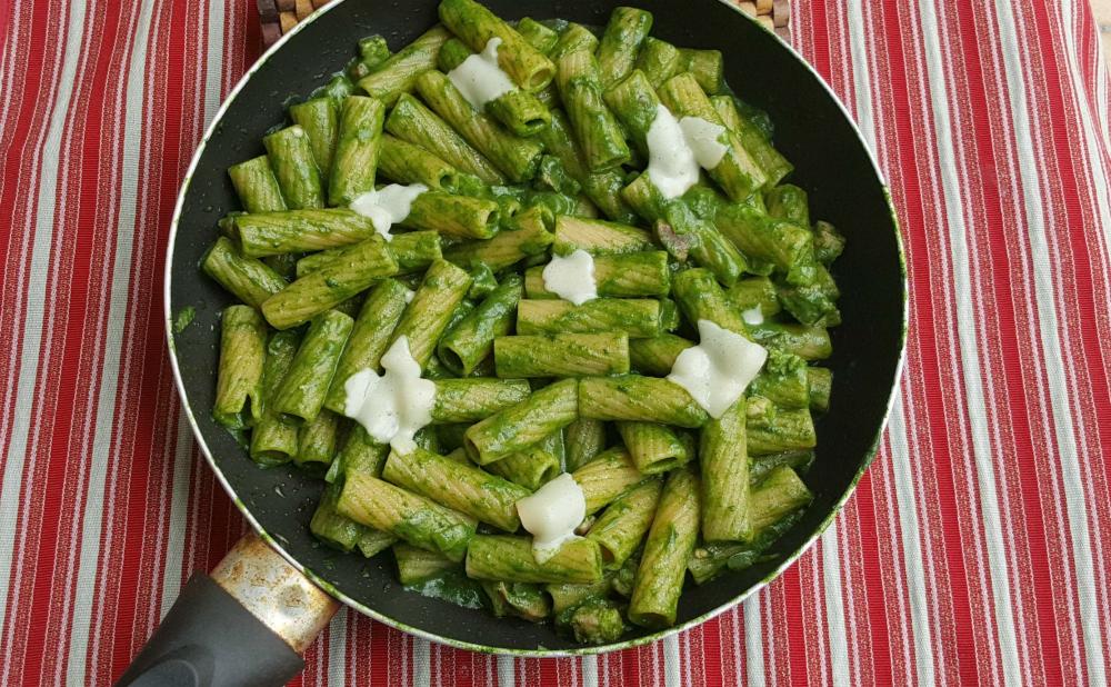 Pasta con crema di spinaci salsiccia e pancetta