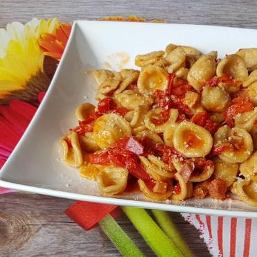 PASTA CON PEPERONI PANCETTA E FORMAGGIO ricetta con peperoni