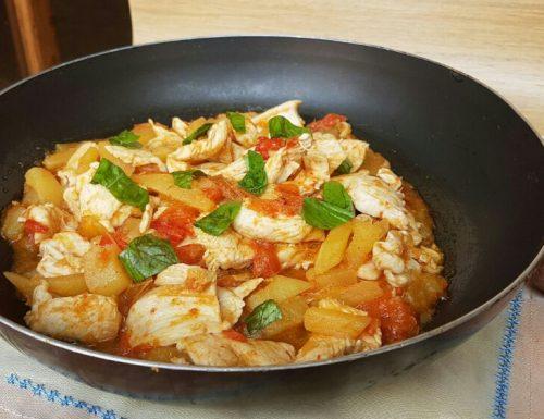 PETTO DI POLLO CON PEPERONI E PATATE ricetta pollo in padella