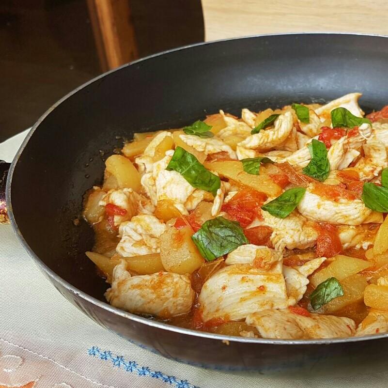 Petto di pollo con peperoni e patate ricetta pollo in padella - Come cucinare le cosce di pollo in padella ...
