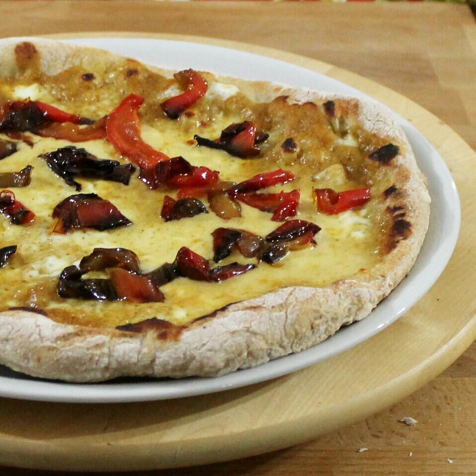 PIZZA CON FARINA INTEGRALE crema di cipolle e peperoni in padella