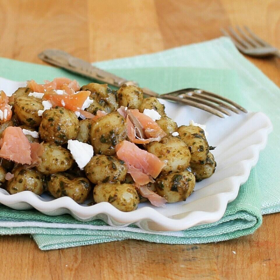 PESTO DI RUCOLA E NOCI con chicche di patate feta e salmone