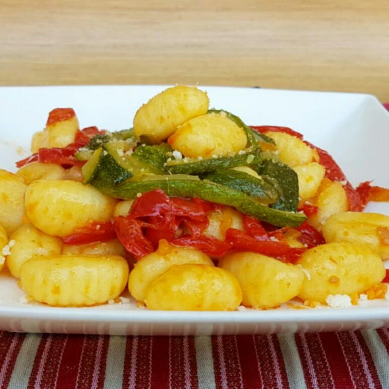 GNOCCHI CON ZUCCHINE E PEPERONI ricetta primo con verdure