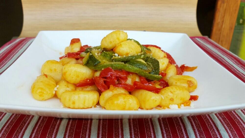 GNOCCHI CON ZUCCHINE E PEPERONI ricetta primo piatto facile