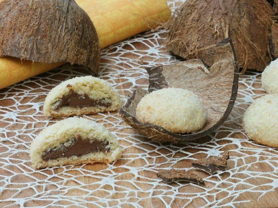 BISCOTTI AL COCCO E NUTELLA ricetta dolcetti al cocco biscotti ripieni