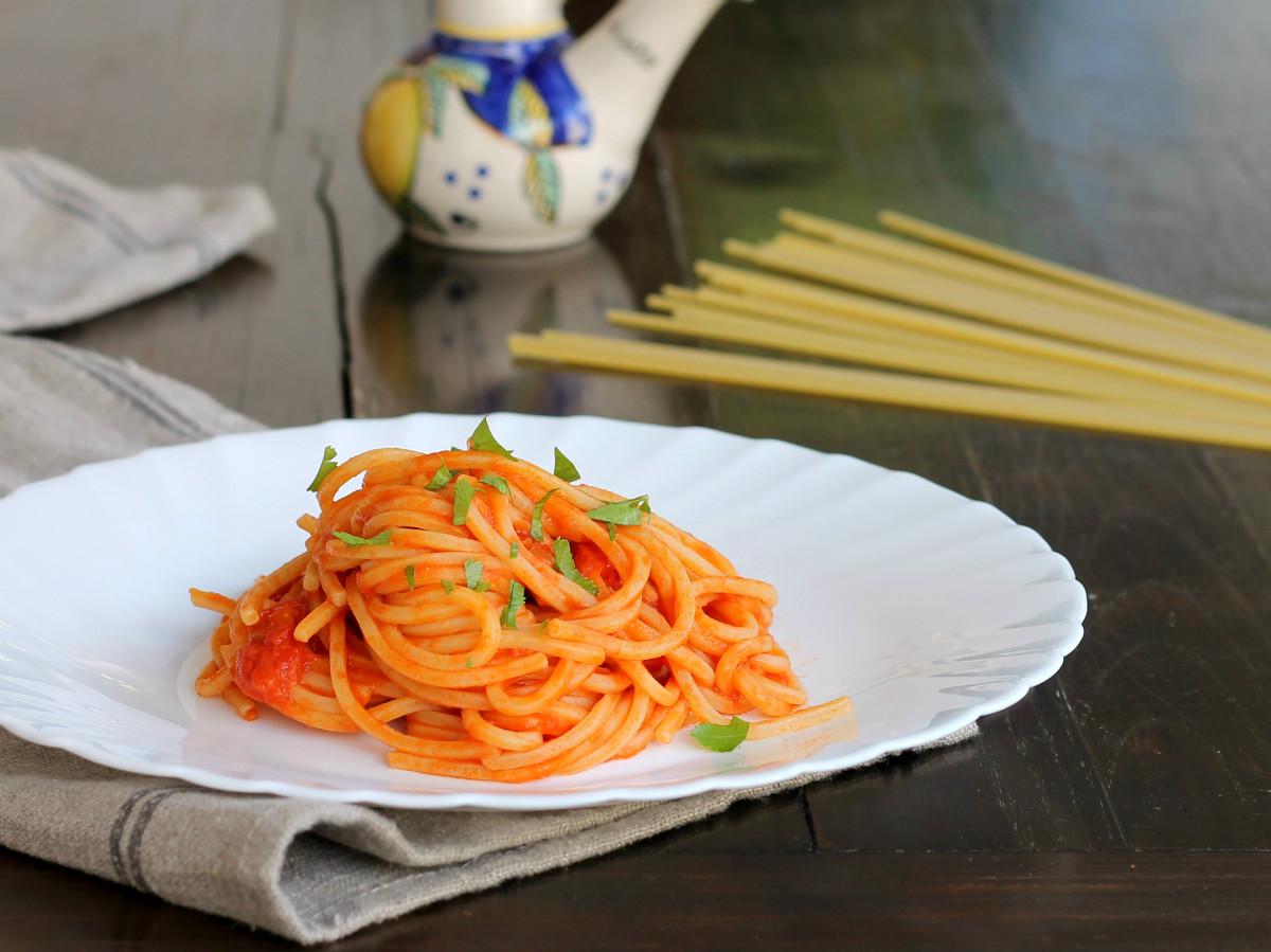 Spaghetti quadrati al pomodoro sciuè sciuè | Ricetta primo piatto