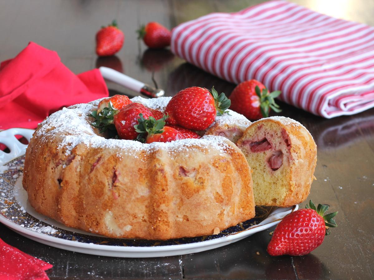 RICETTA CIAMBELLONE FRAGOLE MASCARPONE dolce frutta fresca