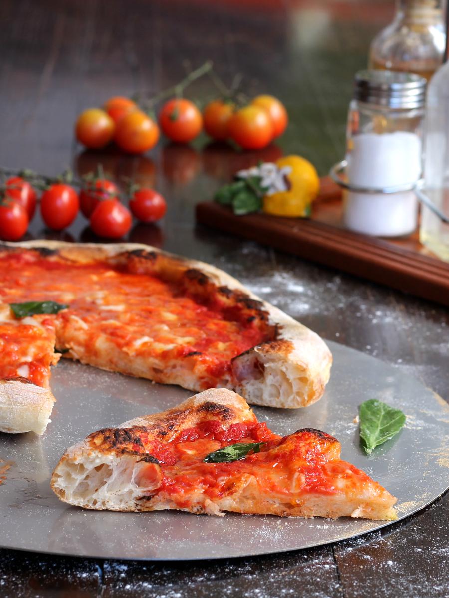 Pizza ricetta della nonna cottura nel forno di casa o nel for Piani di casa della nonna