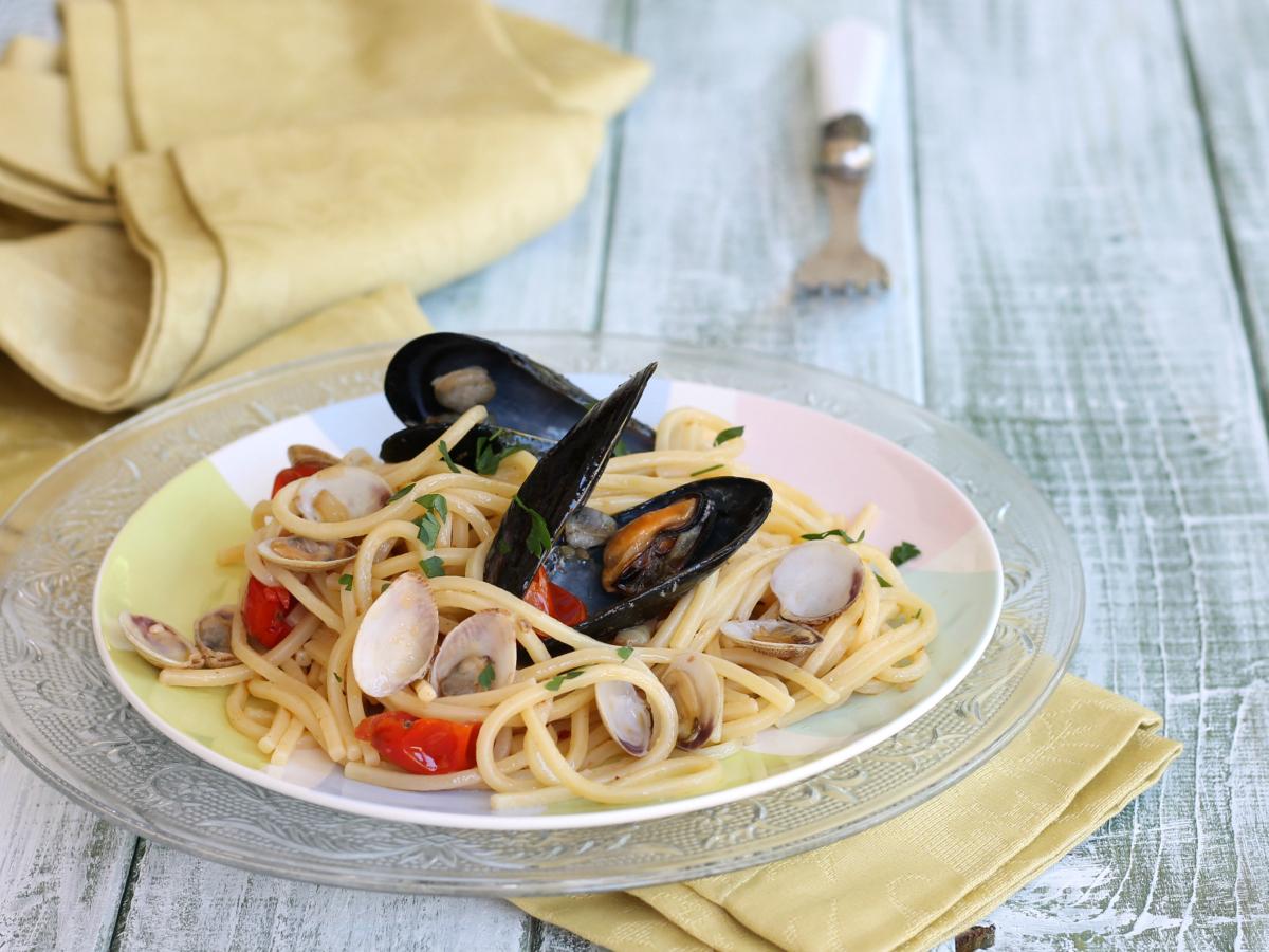 PASTA COZZE E VONGOLE   ricetta pasta pescata con frutti di mare