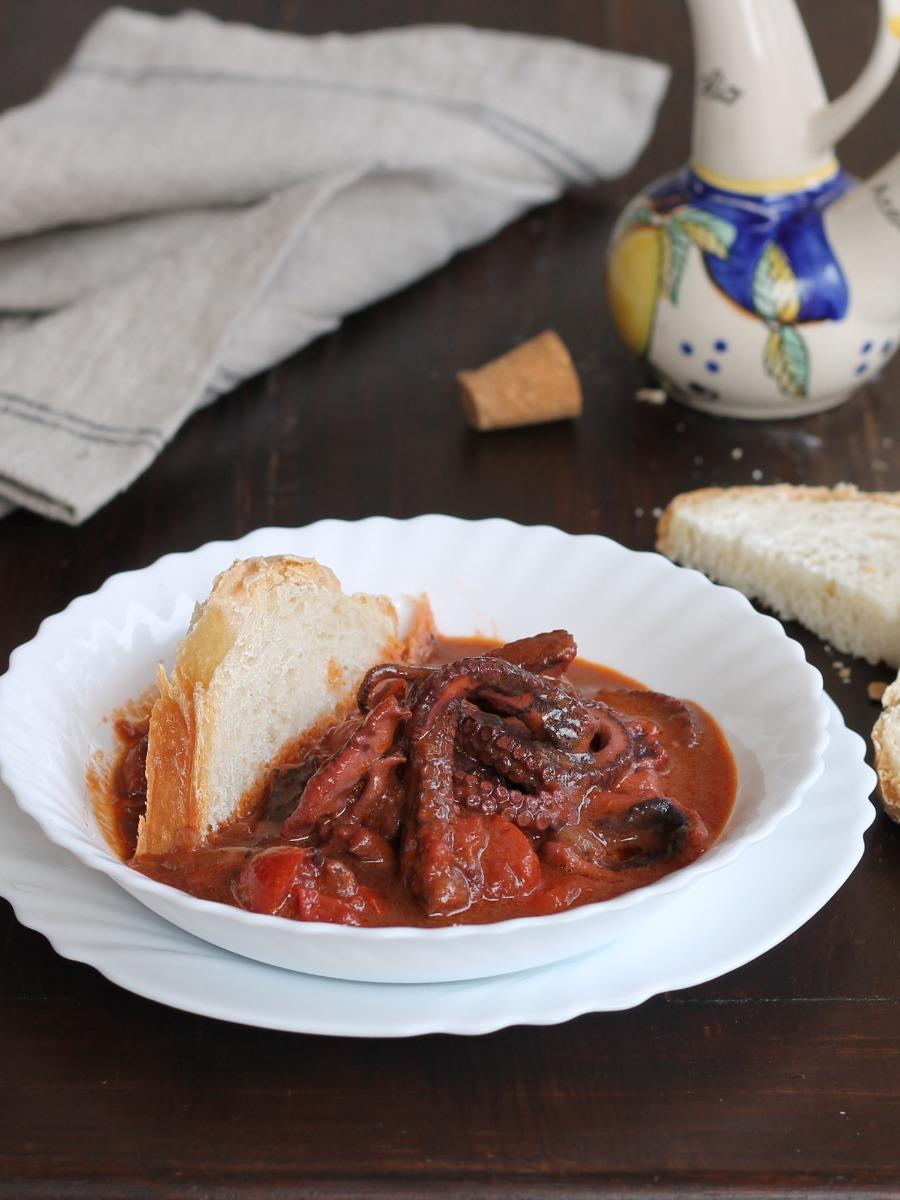 POLPO AL SUGO ricetta secondo piatto e condimento per pasta