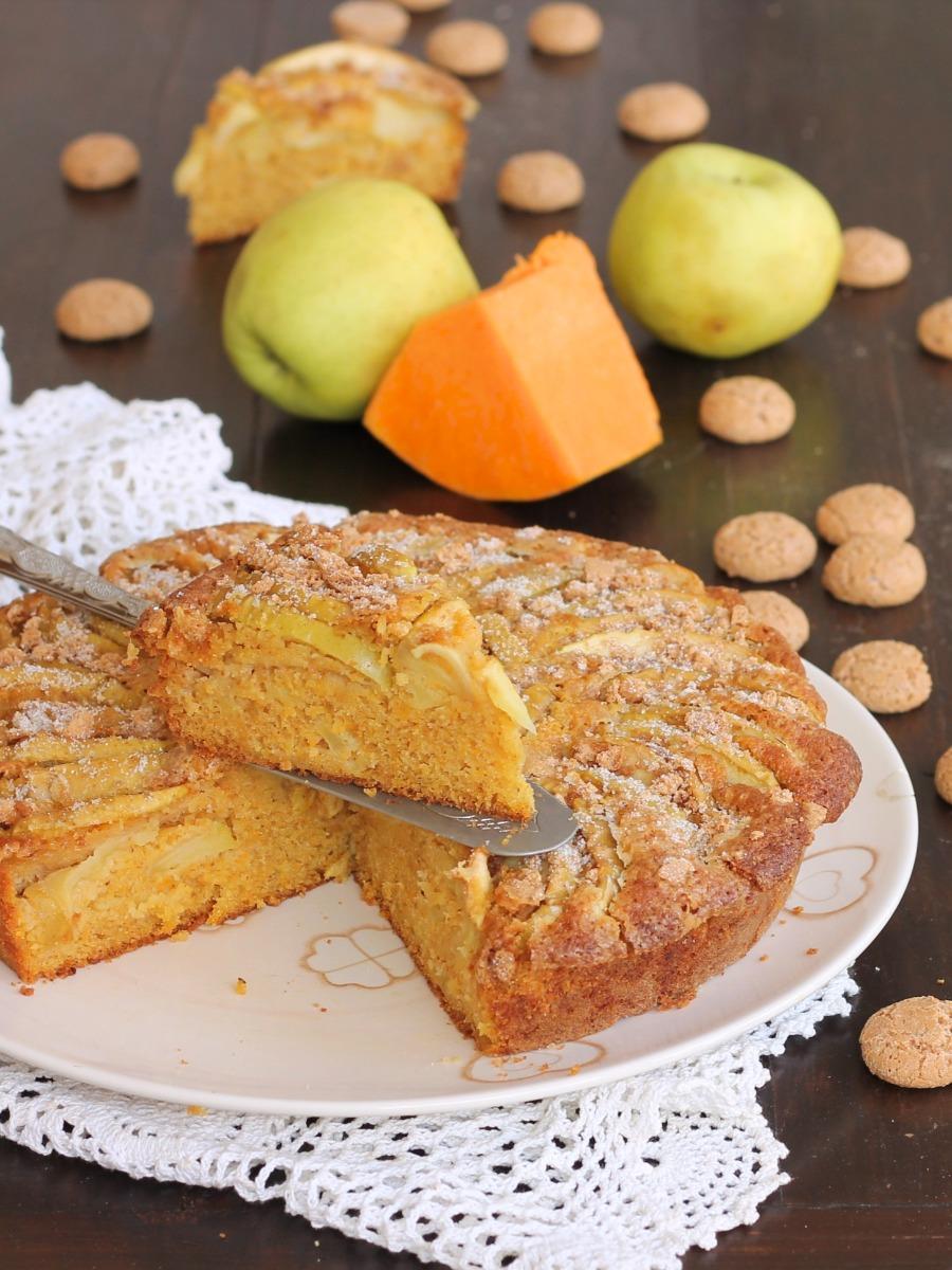TORTA DI ZUCCA CRUDA ricetta dolce alla zucca con mele e amaretti