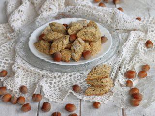 MORSETTI ALLE NOCCIOLE ricetta biscotti secchi con nocciole tritate