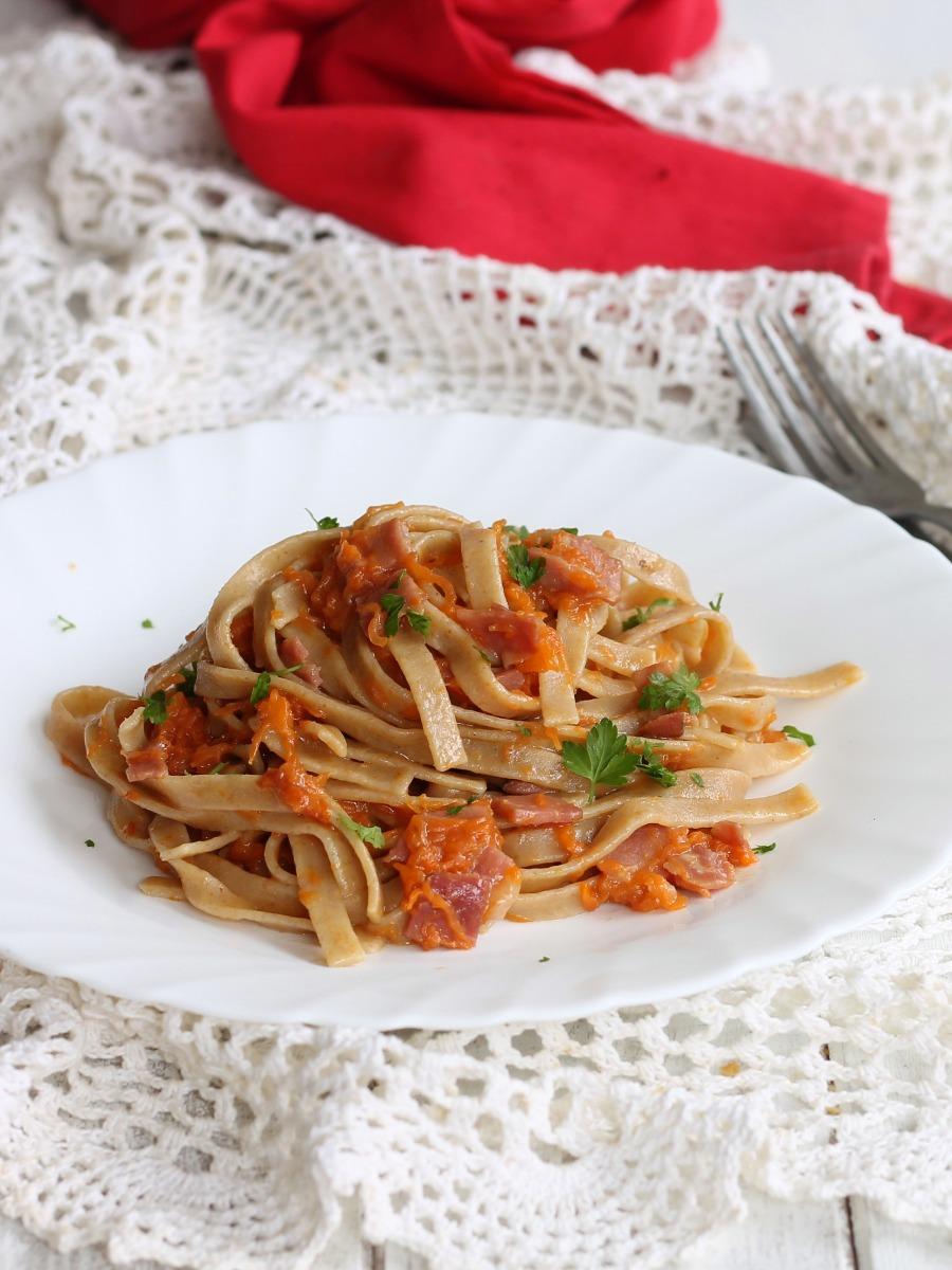 TAGLIATELLE INTEGRALI ZUCCA E SPECK ricetta con pasta integrale