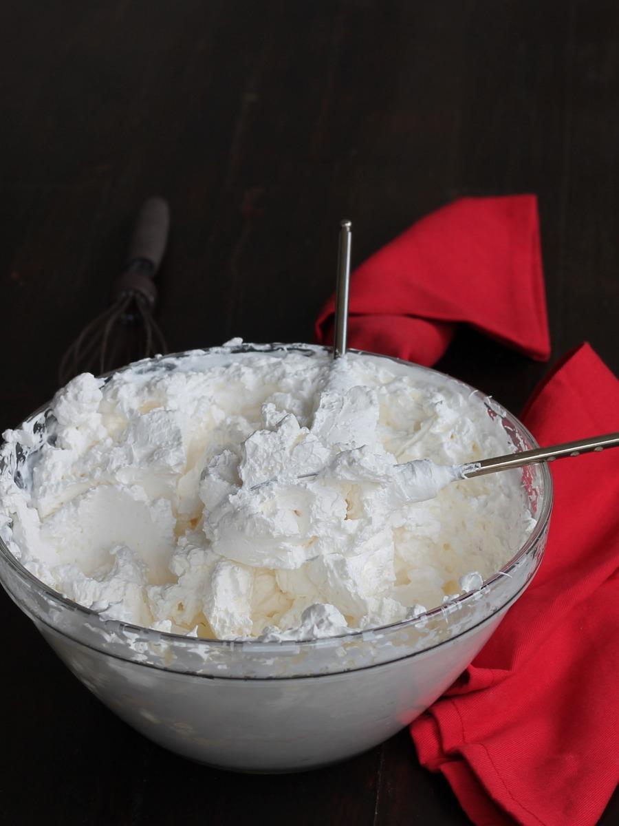 Come montare la panna a neve ferma? Ecco per voi trucchi consigli e segreti per fare la panna montata in casa. Soda, spumosa, fermissima.