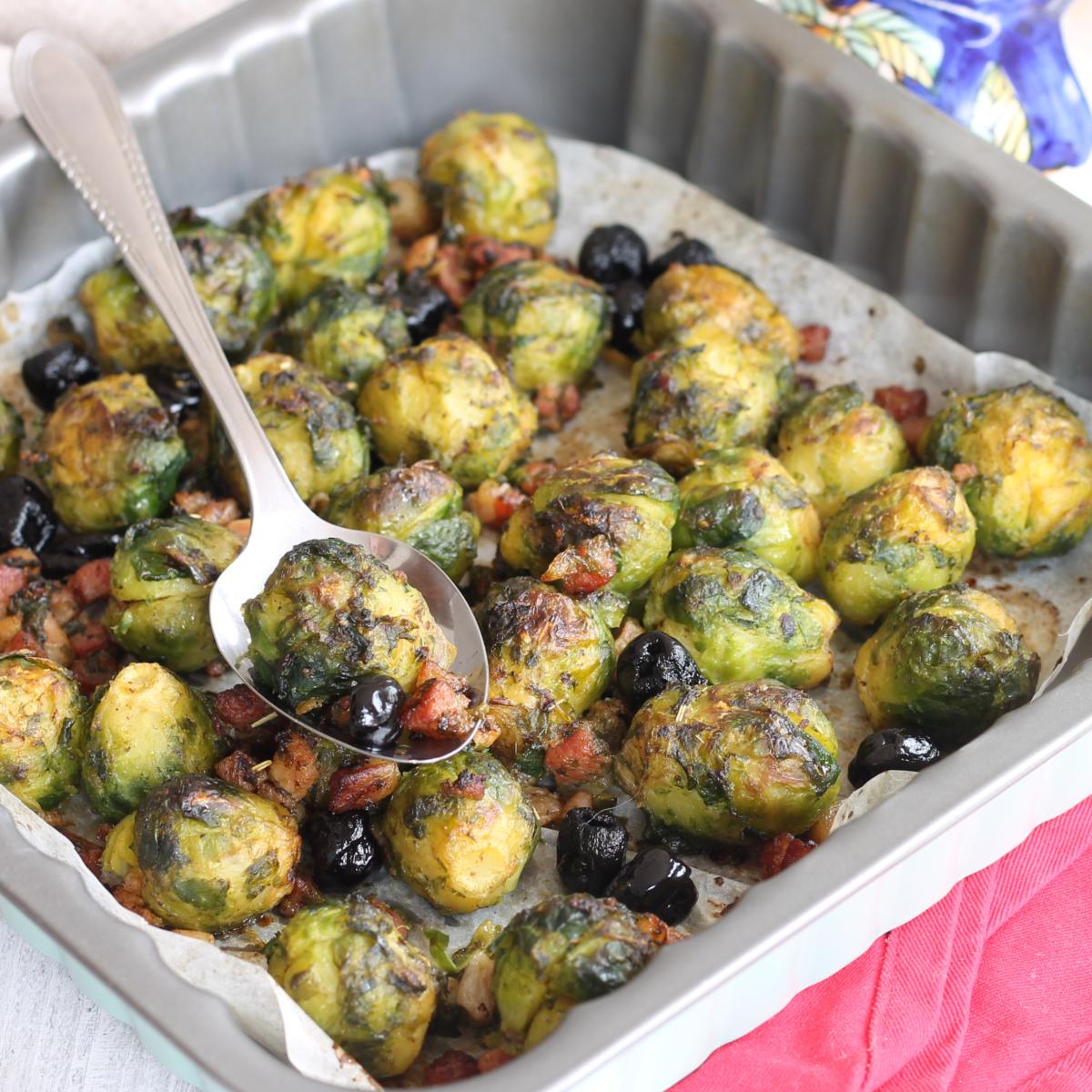 CAVOLINI DI BRUXELLES AL FORNO ricetta con pancetta e olive nere