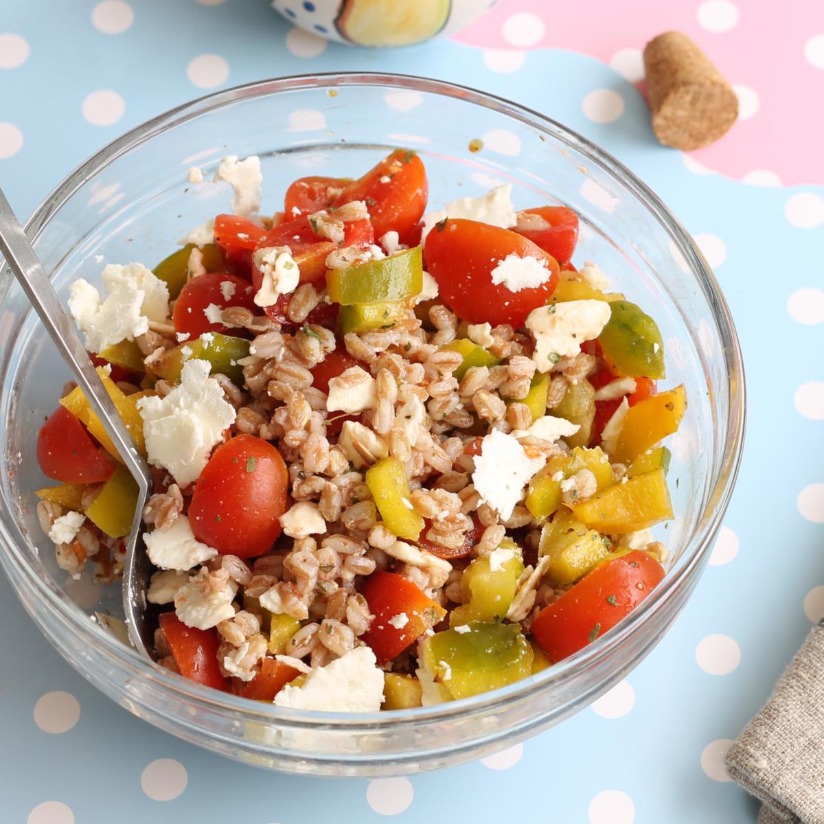 FARRO FETA PEPERONI ricetta insalata fredda cereali e verdure crude