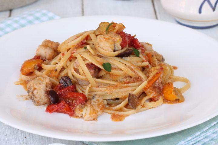 Linguine rana pescatrice olive cipolle rosse   ricetta pasta veloce con pesce
